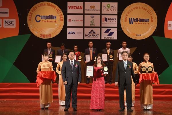 Đại diện Vedan nhận chứng nhận nhãn hiệu nổi tiếng Việt Nam 2019