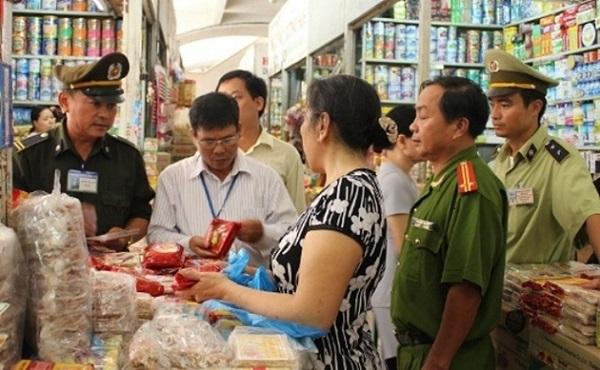 Đoàn liên ngành của TP. Hà Nội kiểm tra chất lượng bánh tru thu tại một cửa hàng