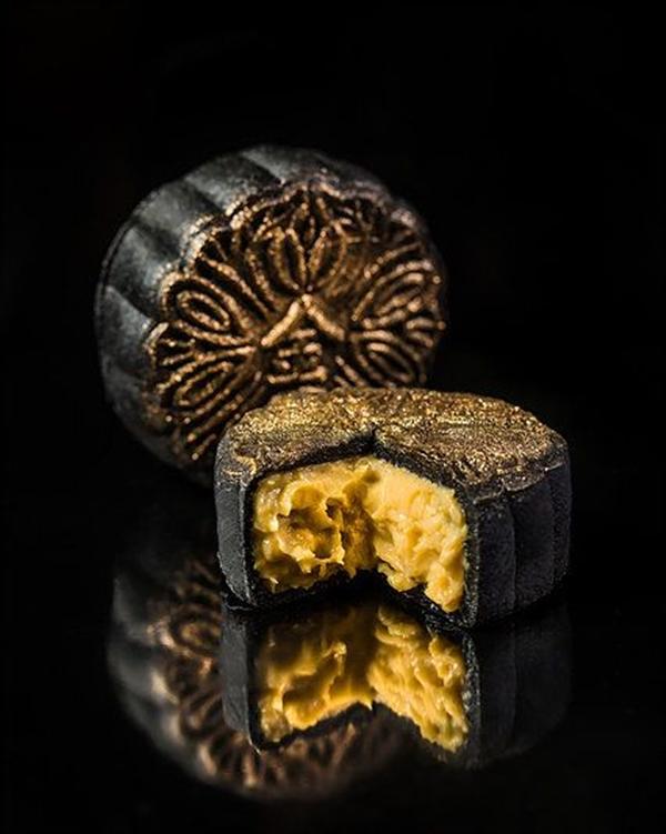 bánh trung thu dát vàng Singapore có giá 628 USD một hộp.