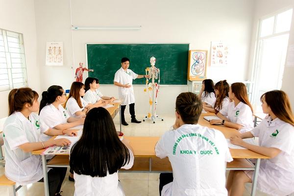 Sinh viên Khoa Y - Dược trong giờ thực hành