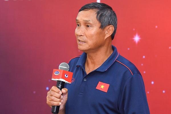 HLV trưởng Mai Đức Chung phát biểu cảm ơn và thay mặt đội tuyển thể hiện quyết tâm sẽ thi đấu hết mình vì màu cờ sắc áo, đáp lại sự tin tưởng của người hâm mộ nước nhà