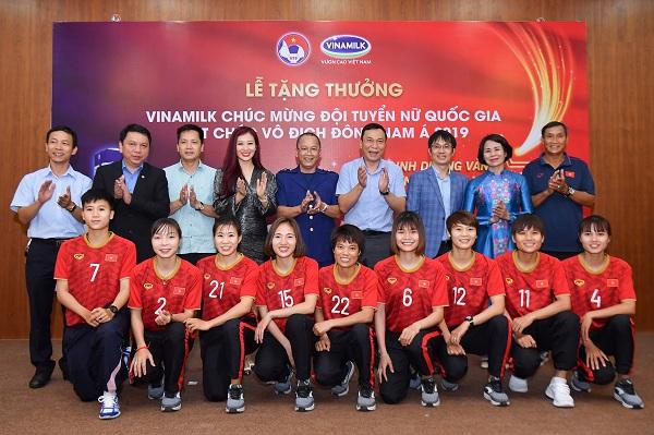 Các đại biểu dự lễ trao thưởng chúc mừng Đội tuyển Bóng đá nữ quốc gia vô địch Đông Nam Á 2019