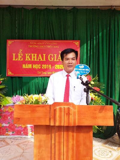 Thầy Lê Văn Sắn, Hiệu trưởng Trường THCS Thổ Tang phát biểu khai giảng năm học 2019-2020