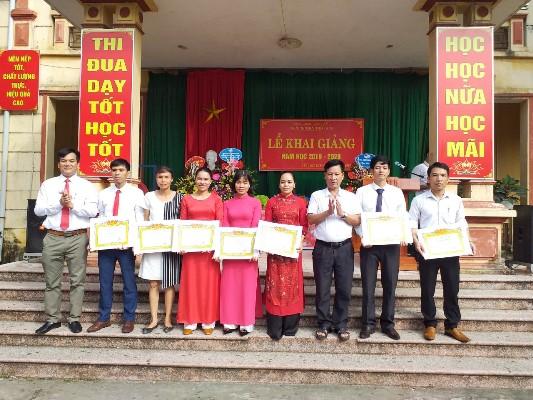 Nhiều thầy, cô giáo Trường THCS Thổ Tang có thành tích trong công tác được tặng thưởng giấy khen, bằng khen