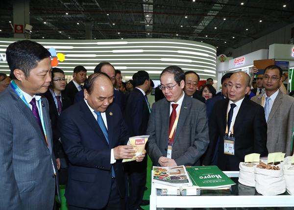 Thủ tướng Nguyễn Xuân Phúc đánh giá cao những nỗ lực của Hapro trong việc giới thiệu và đưa sản phẩm nông sản Việt Nam ra thế giới (Hội chợ nhập khẩu Quốc tế Trung Quốc 2018)
