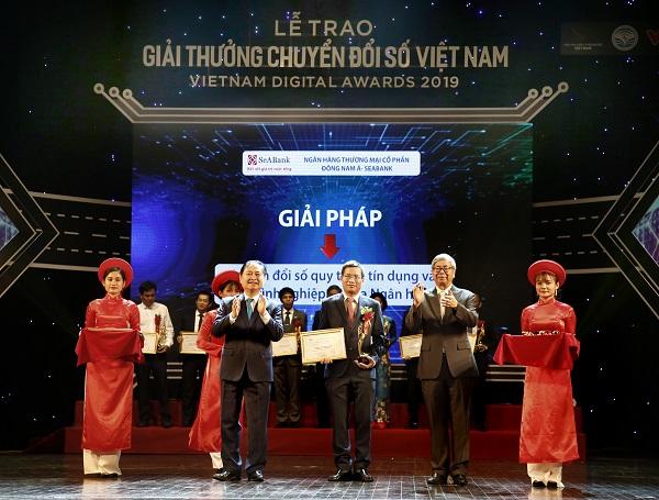 Ông Nguyễn Tuấn Cường, Phó TGĐ SeABank nhận giải thưởng