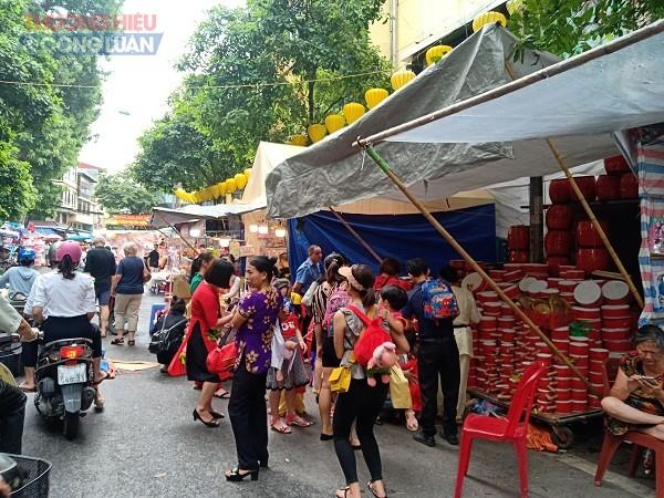 Những ngày nay gần Tết Trung thu, phố Hàng Mã lúc nào cũng đông đúc người qua lại, không khí nhộn nhịp, vui tươi, háo hức