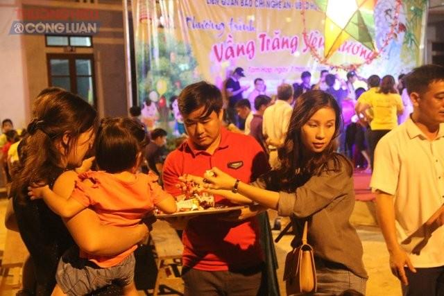 Các thành viên CLB Rclub Nghệ An phát kẹo bánh cho các em nhỏ