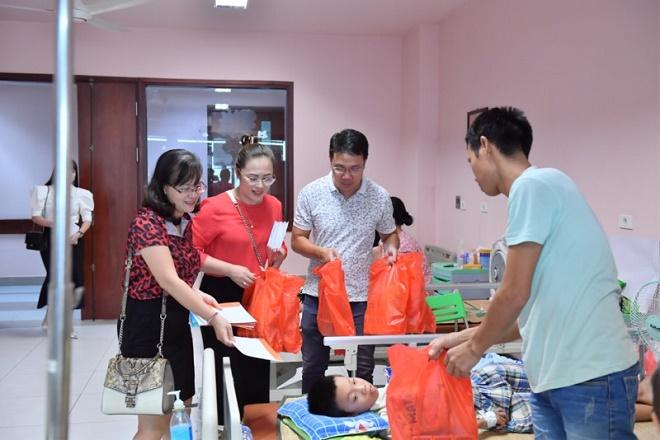 Doanh nhân Hoàng Liên - Tổng Giám đốc GAIC group cùng đại diện tạp chí Doanh nhân trao quà cho các cháu tại Viện Nhi Trung ương