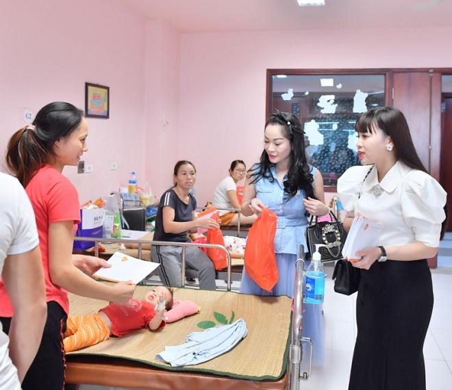 Các Doanh nhân tham gia trao quà trung thu cho các cháu bệnh hiểm nghèo tại Viện nhi Trung ương