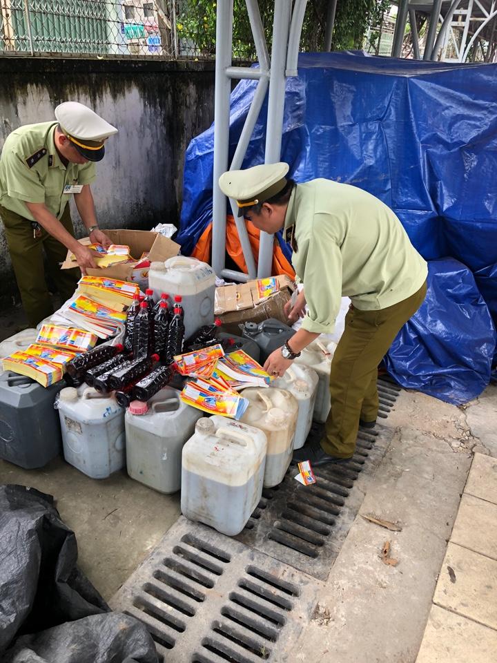 Đội Quản lý thị trường số 7 thu giữ số nước mắm bẩn tại cơ sở nước mắm cá cơm Phúc Khang