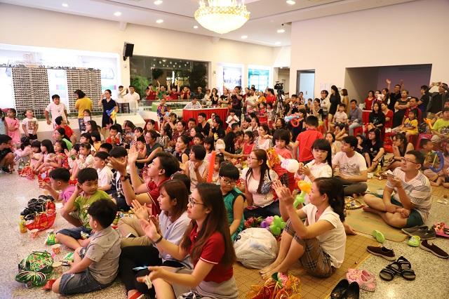 Hơn 150 em nhỏ tham gia đêm rước đèn Trung thu tại hội trường chung cư Diamond Lotus Riverside trực thuộc Tập đoàn Đầu tư và xây dựng Phúc Khang.
