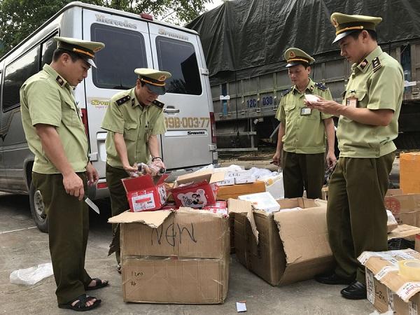 Đội quản lý thị trường bắt nhiều vụ bánh trung thu vào Việt Nam không rõ nguồn gốc