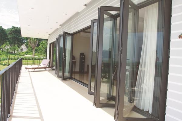 Bộ cửa đi xếp trượt nhôm Eurowindow phù hợp cho các vị trí yêu cầu không gian mở lớn như: cửa đi ra vườn, ra hồ bơi, sân golf…