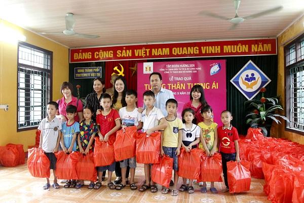 Đoàn thiện nguyện Long Hưng trao quà tới các em nhỏ mồ côi tàn tật tại Việt Trì, Phú Thọ