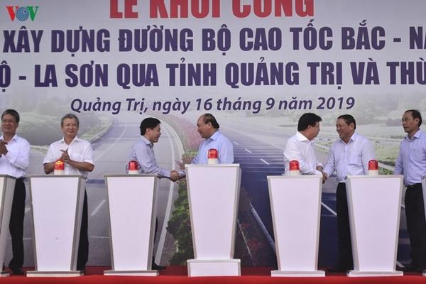 Các đại biểu bấm nút khởi công dự án đường cao tốc Cam Lộ- La Sơn.