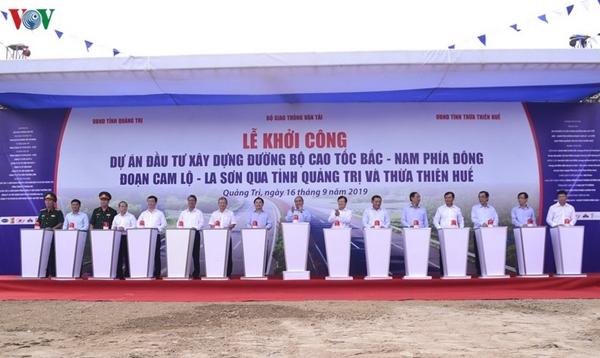 Thủ tướng Nguyễn Xuân Phúc, Phó Thủ tướng Trịnh Đình Dũng cùng các ban ngành, đơn vị dự bấm nút khởi công dự án đường cao tốc Cam Lộ- La Sơn