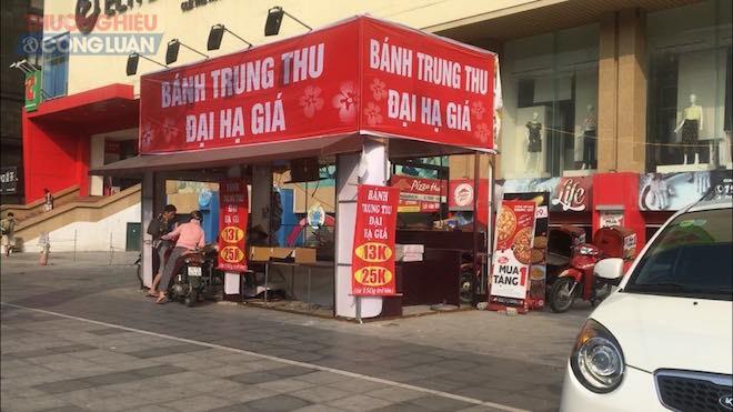Kiot bán bánh trung thu đại hạ giá tại 110 Trần Phú, Mộ Lao, Hà Đông, Hà Nội