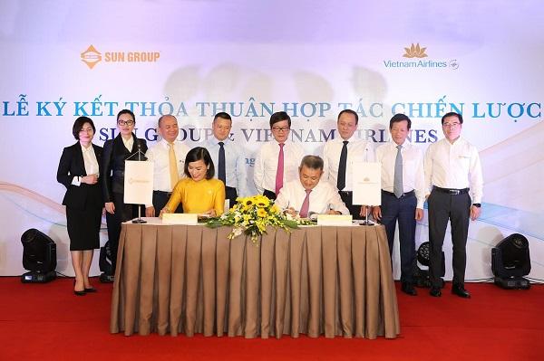 TGĐ Dương Trí Thành và bà Bùi Thị Thanh Hương - TGĐ Tập đoàn Sun Group đại diện cho hai bên ký kết biên bản ghi nhớ hợp tác chiến lược nhằm hợp tác phát triển các sản phẩm mới