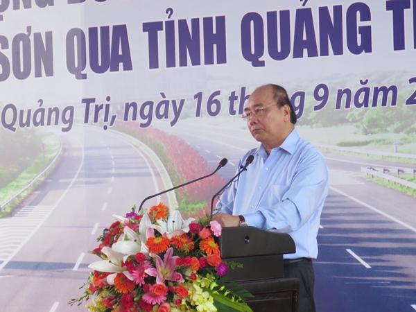 Thủ tướng Nguyễn Xuân Phúc phát biểu tại lễ khởi công cao tốc Cam Lộ - La Sơn. (Ảnh: Báo Giao thông)