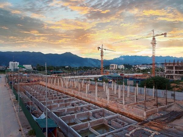 Dự án có vị trí giao thông thuận lợi phía Tây Nam nằm trên trục đường 58m kết nối với đường cao tốc Hà Nội – Cao Bằng, phía Đông Bắc giáp với trục đường 50m, phía Đông Nam, Tây Bắc giáp với cơ quan hành chính mới.