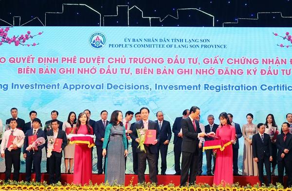 Đại diện Tập đoàn Kosy - TS. Nguyễn Việt Cường đón nhận chứng nhận đầu tư dự án bất động sản với tổng mức đầu tư 1.500 tỷ đồng tại tỉnh Lạng Sơn