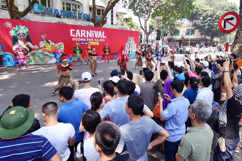 """Ngày 6/10/2019 tới, lễ hội Carnival đường phố với sự tham gia biểu diễn của gần 100 nghệ sĩ chuyên nghiệp trong nước và quốc tế sẽ diễn ra tại phố đi bộ Hồ Gươm, nhằm chào mừng """"65 năm Giải phóng Thủ đô""""."""