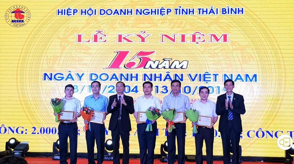 Lãnh đạo Tỉnh ủy, UBND tỉnh Thái Bình nhận Kỷ niệm chương vì sự nghiệp phát triển doanh nghiệp