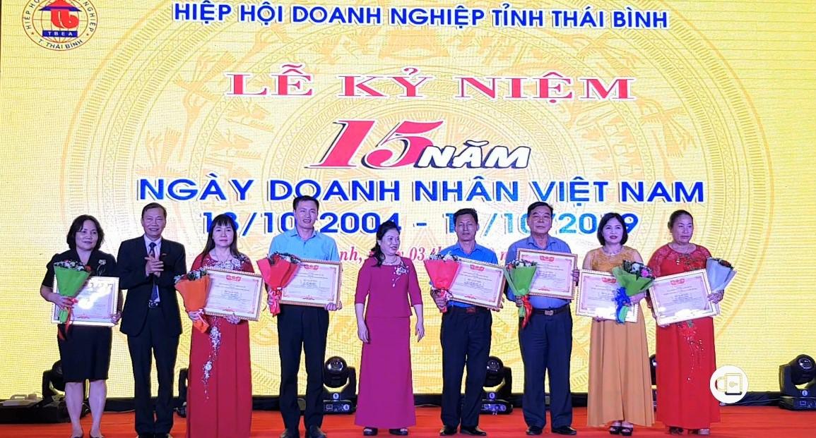 Phó chủ tịch Phòng Thương mại và Công nghiệp Việt Nam trao Bằng khen của Phòng Thương mại và Công nghiệp Việt Nam cho các doanh nghiệp