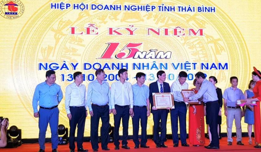 Chủ tịch UBND tỉnh Thái Bình trao Bằng khen của UBND tỉnh cho các doanh nghiệp có thành tích tốt trong SXKD