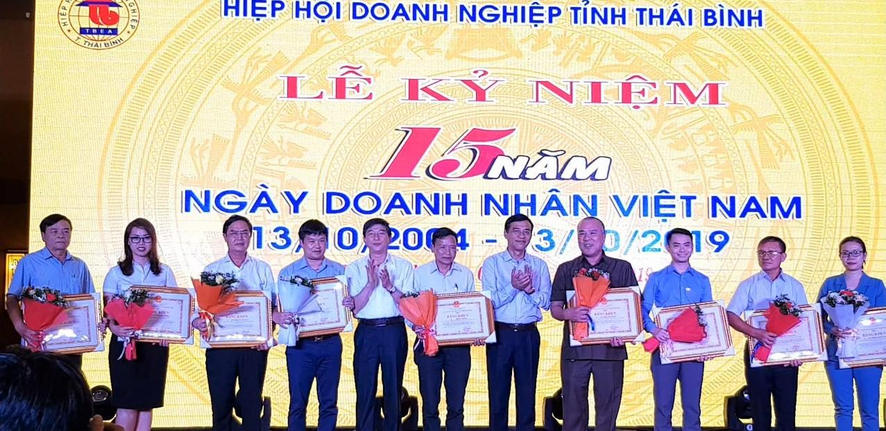 Chủ tịch UBND tỉnh Thái Bình trao Bằng khen của UBND tỉnh cho các doanh nghiệp có thành tích tốt trong SXKD và tham gia các chương trình an sinh xã hội