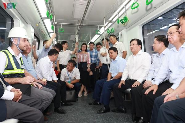 Phó Thủ tướng Chính phủ Trịnh Đình Dũng đã đi kiểm tra hiện trường dự án đường sắt đô thị trên cao tuyến Cát Linh- Hà Đông và có chỉ đạo nóng