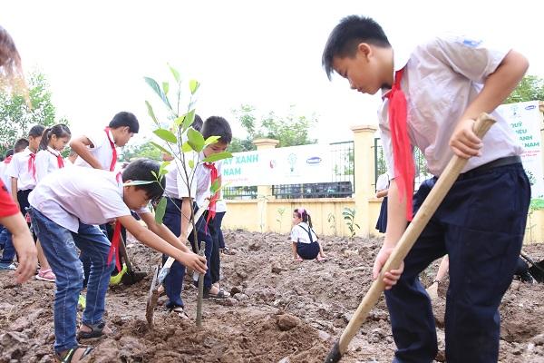 Các em học sinh tham gia trồng cây tại chương trình.