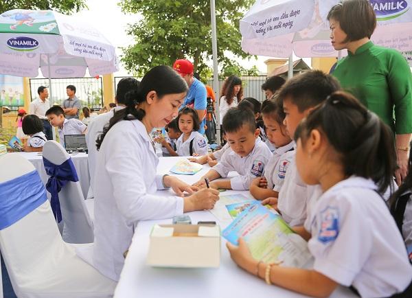 Tại chương trình, các em học sinh trường Tiểu học Tiên Dược B, Hà Nội được các Bác sĩ của Trung tâm Tư vấn Dinh dưỡng Vinamilk khám sức khỏe và tư vấn dinh dưỡng