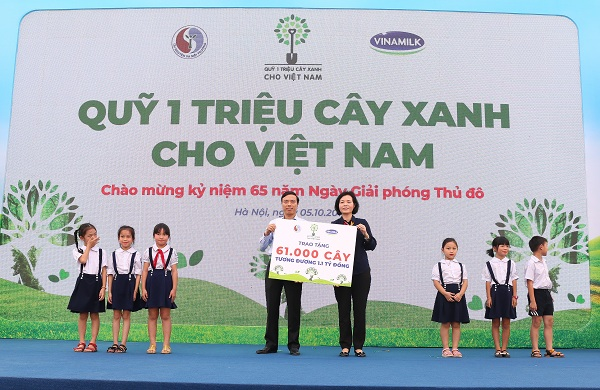 Bà Bùi Thị Hương – Giám đốc Điều hành Vinamilk trao bảng tượng trưng tặng 61.000 cây xanh của Quỹ triệu cây xanh cho Việt Nam cho đại diện TP.Hà Nội nhân kỷ niệm 65 năm Ngày Giải phóng Thủ đô.