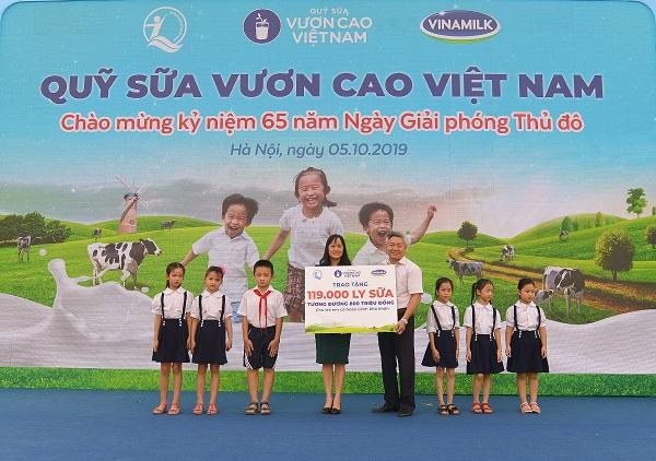 Bà Nguyễn Minh Tâm – Giám đốc Chi nhánh Vinamilk Hà Nội trao tặng bảng tượng trưng 119.000 ly sữa của Quỹ sữa Vươn cao Việt Nam cho hơn 1,300 em học sinh có hoàn cảnh khó khăn tại Hà Nội.