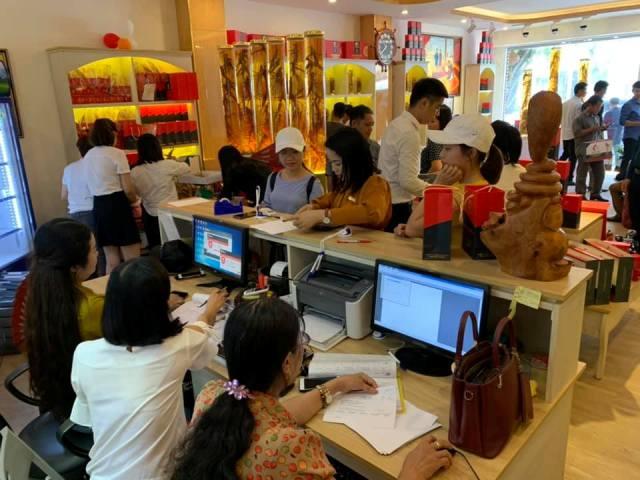 Khách hàng đến tham quan, mua sắm sản phẩm sâm Bố Chính tại showroom TP. Đồng Hới (Quảng Bình)