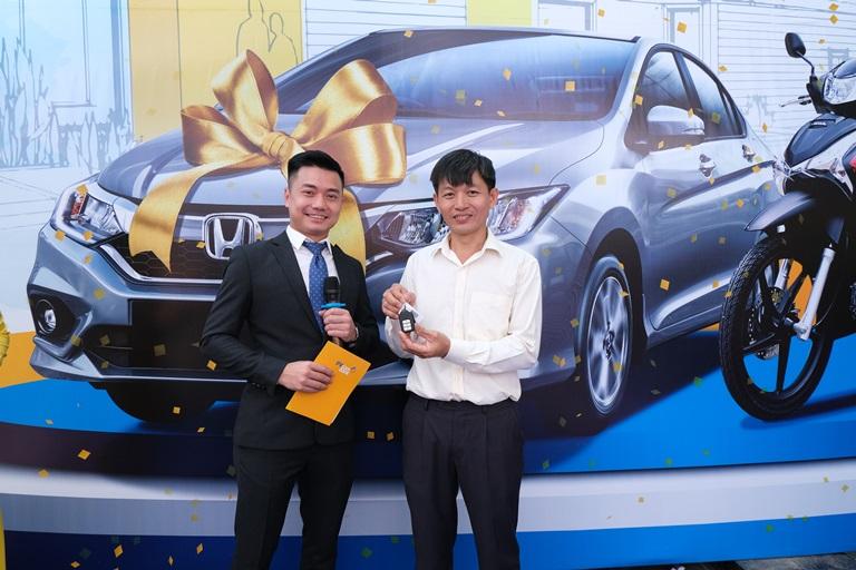 Anh Ngô Tấn Luyến đã trở thành khách hàng may mắn dành giải thưởng đặc biệt, chiếc xe ô tô Honda City 2019