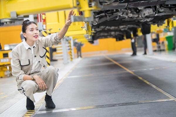Đại sứ thương hiệu Ngô Thanh Vân đã có chuyến tham quan nhà máy VinFast để tìm hiểu quy trình sản xuất ra những chiếc ô tô thương hiệu Việt.