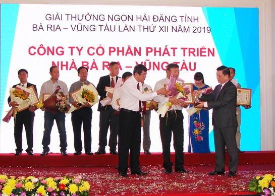 Ông Nguyễn Thành Long Q. Chủ tịch UBND tỉnh (phải) và ông Nguyễn Thành Khoa (Bí thư Thành ủy Vũng Tàu) trao giải thưởng cho các doanh nghiệp