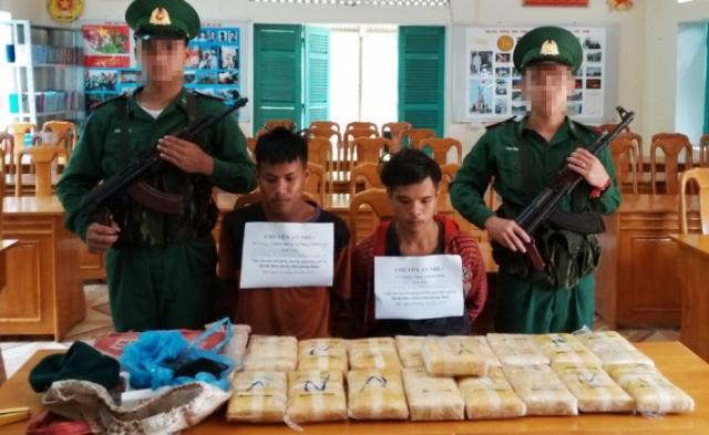 2 đối tượng Lào cùng tang vật bị bắt giữ