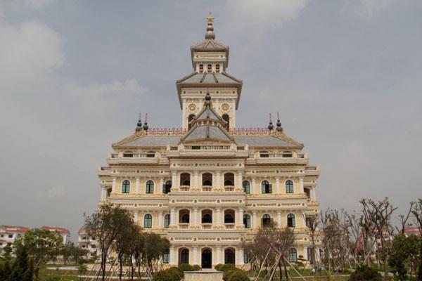Biệt thự Hà Hoa Tiên tọa lạc gần Trường đại học Hà Hoa Tiên.
