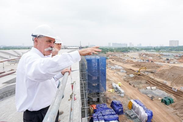 Trước lễ công bố nhà tài trợ chính chặng đua F1 Việt Nam 2020, ông Chase Carey đã đến thăm khu vực trường đua và bày tỏ ấn tượng với tiến độ xây dựng công trình này