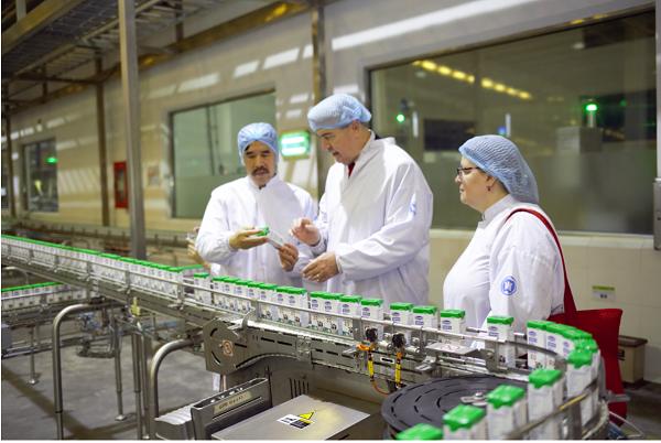 Ông Nguyễn Quốc Khánh – Giám đốc Điều hành R&D của Vinamilk giới thiệu đến Thứ trưởng và Tổng Lãnh sự dây chuyền sản xuất sữa của nhà máy.
