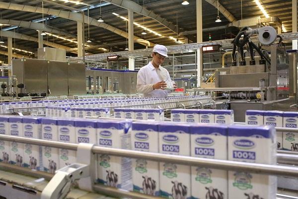 Cận cảnh một dây chuyền đang sản xuất sản phẩm Sữa tươi 100% có công suất lên đến 25.000 hộp/dây chuyền/giờ.