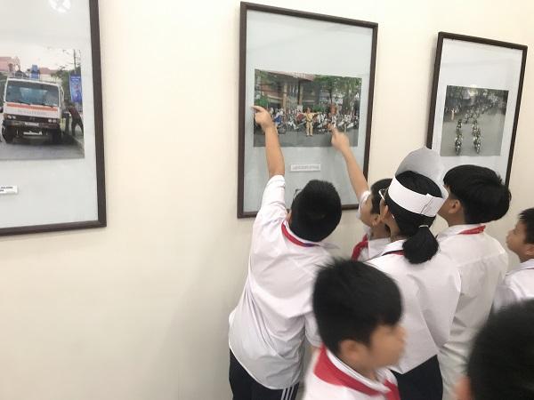 Triển lãm thu hút sự quan tâm của các em học sinh