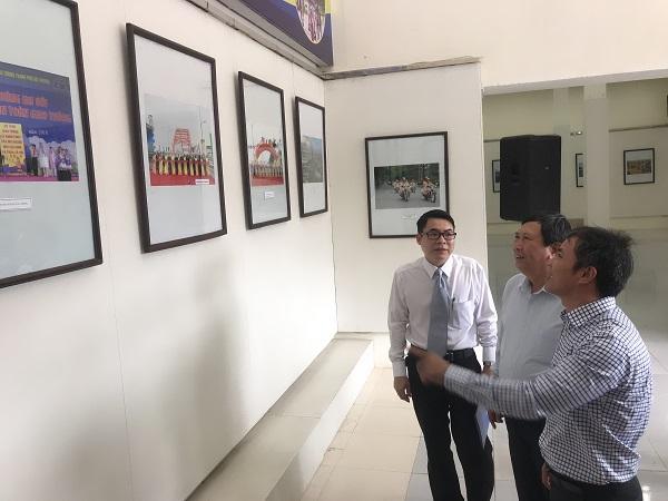 Sau lễ khai mạc các địa biểu đi thăm quan triển lãm
