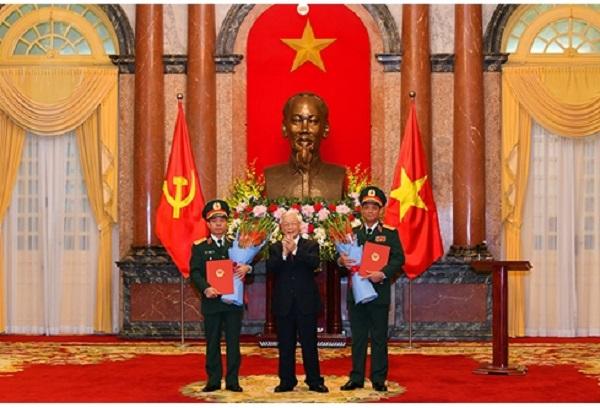 Tổng Bí thư, Chủ tịch nước Nguyễn Phú Trọng chúc mừng hai đồng chí được thăng quân hàm (Ảnh: Quân đội nhân dân)