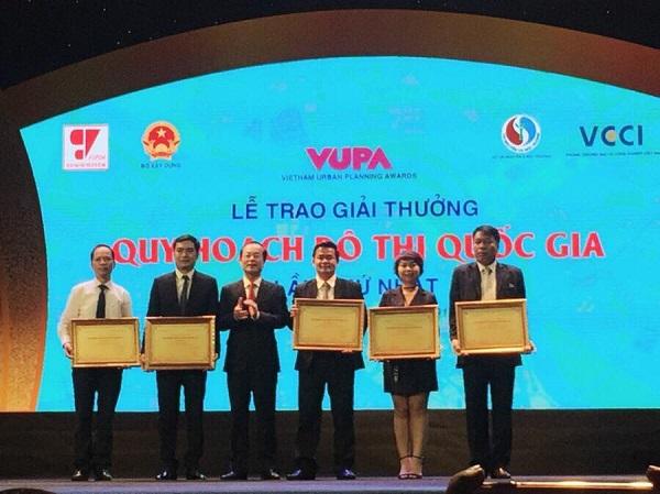 Chủ tịch HĐQT kiêm TGĐ Vũ Văn Trường (ngoài cùng bên phải) thay mặt Công ty nhận Giải thưởng