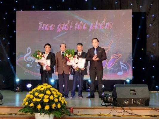 Nhà thơ Hữu Thỉnh (thứ 2 từ trái qua) và ông Phạm Hoàng Anh (ngoài cùng bên phải) trao giải cho tác giả dự thi